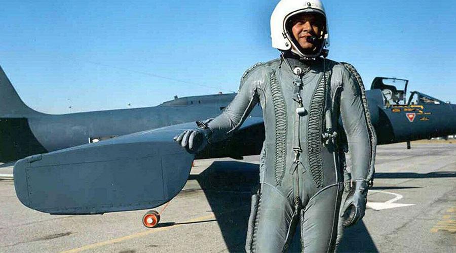 Нет никакого самолета Самолет разведчика Френсиса Пауэрса советские ПВО сбили через день после публичного заявления Эйзенхауэра, уверявшего, будто США никогда в жизни не летали над территорией СССР. В живом, но довольно испуганном Пауэрсе спецслужбы Америки признали сбившегося с пути метеоролога, невесть как заполучившего в самолет новейшую разведывательную аппаратуру.
