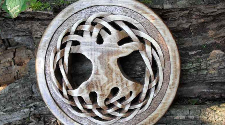Тайна оберега Все кельтские узоры наделены особым смыслом. Центральным элементом древней мифологии кельтов являлось Мировое Древо, с которым человек воссоединяется после смерти. А весь жизненный путь отображают как раз таки сложные узоры на амулетах, напоминающие хитрый лабиринт. Таким образом кельты отображали идею поиска истины и самого себя — по их мнению, именно в этом состоит истинное призвание каждого человека.