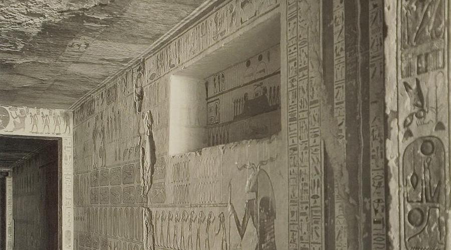 Последний из королей Открытие истинной могилы Тутанхамона повергло археологов в шок. Гробница три тысячелетия стояла нетронутой, хотя все прочие захоронения в Долине Царей были давным-давно разграблены ворами. В 1922 году экспедиция британского аристократа Джорджа Эдварда Стэнхоупа Молине Герберта, пятого графа Карнарвона впервые подошла к запечатанным дверям гробницы Тутанхамона.