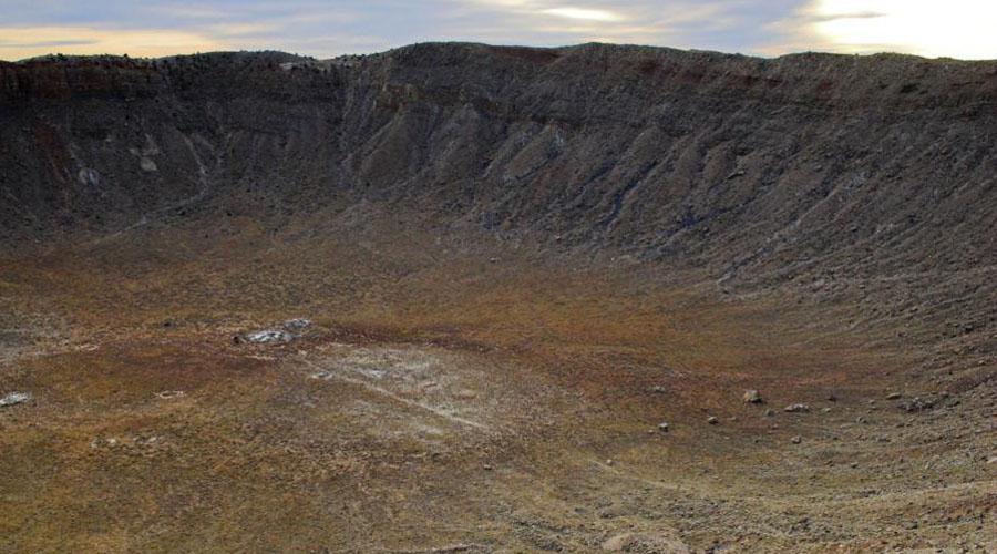 Кратер Попигай 100 километров в диаметре и 200 метров глубины: в бассейне реки Попигай находится самый крупный метеоритный кратер России. Он образовался целых 35,7 миллионов лет назад, во время массовой астероидной бомбардировки, после которой наступило олигоценовое похолодание. В 2012 году правительство рассекретило сведения о том, что здесь располагалось самое большое в мире месторождение импактных алмазов.