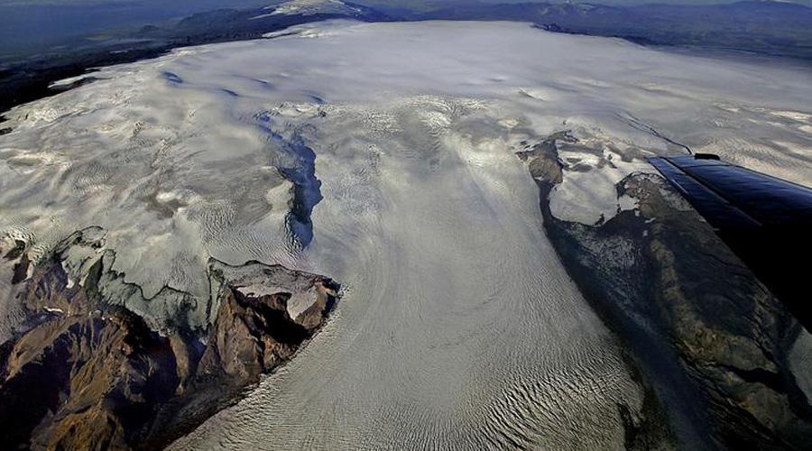 По расчетам вулканологов, извержение Катлы приведет к таянию огромного ледника, что в свою очередь означает затопление очень большой населенной территории.