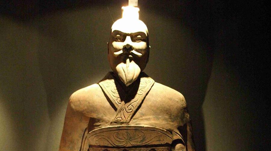 Цинь Ши Хуан Цинь Ши Хуан был первым правителем объединенного Китая и первым, кого стали величать императором. Во время его правления возвели Великую Китайскую стену, построили знаменитую Терракотовую армию и устроили национальную систему дорог. Кроме того, Цинь Ши Хуан стал первым, кто стремился обрести вечную жизнь. Отчаявшись найти бессмертие, он послал несколько кораблей на поиски мифического острова Пэнлай за эликсиром жизни. Император так и не дождался возвращения своих слуг — Цинь Ши Хуан погубил себя модными в ту пору «таблетками бессмертия», в состав которых входила ртуть.