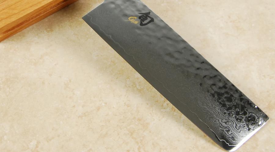 Накири Предназначение этого типа кухонных ножей становится ясно из названия: накири боте так и переводится — нож для зелени. Лезвие имеет достаточно прямую режущую кромку и предполагает резку вертикальными движениями. Небольшая толщина лезвия не позволит резать кости, но очень подходит для овощей. В основном предназначены для домашнего использования.