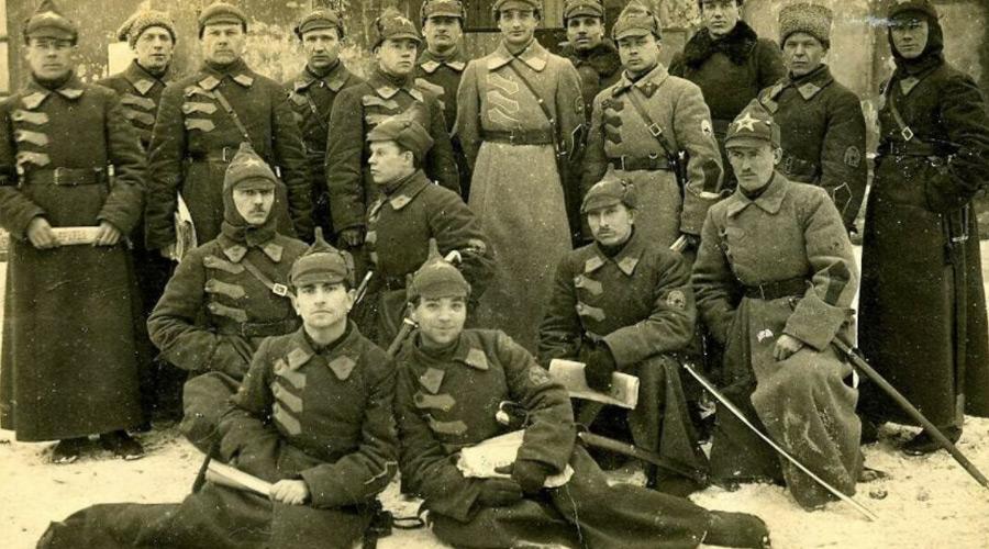 Буденовка Модель головного убора для Красной Армии была утверждена Реввоенсоветом в начале 1919 года. Требовалось создать нечто новое, чтобы легко отличать красноармейцев от белых. Художники вдохновлялись обликом древнерусских богатырей. Заостренный зимний шлем, назатыльник которого мог закрывать шею, шился из сукна защитного, а позже серого цвета. Спереди прикреплялась суконная звезда (своего цвета у каждого рода войск), на нее – звездочка-кокарда РККА. Конечно, навершие буденовки шутники называли и «громоотводом», и «выходом для пара». Буденовку носили в Красной Армии долго, однако в 1940 году она не оправдала себя в условиях «зимней войны» с Финляндией: плохо защищала от холода и приводила к демаскировке в полевых условиях. Вместо нее ввели шапку-ушанку, но и в начале Великой Отечественной войны красноармейцы иногда еще получали буденовки со складов.