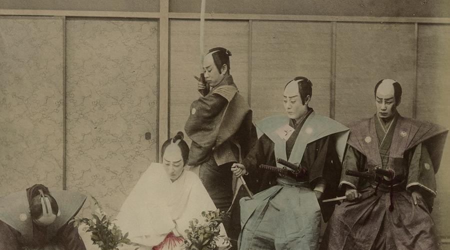 Сидзоку При том же Мэйдзи самураи превратились в сидзоку, неких бюрократов с мечами. Мечи им пока оставили, чтобы бывшие воины могли карать любого за нарушения их приказов. До конца Второй мировой войны сидзоку оставались важной частью японской культуры, но в 1947 году их объявили вне закона.
