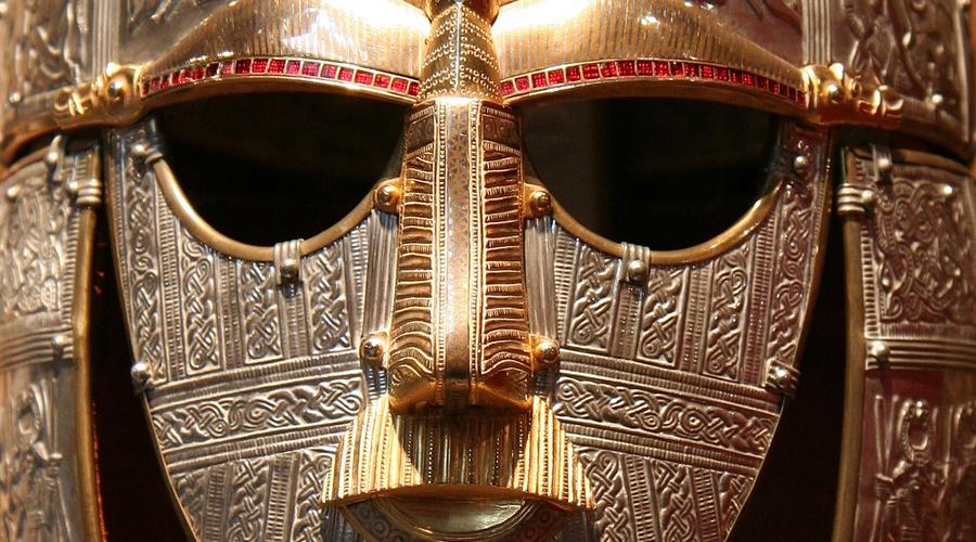 Саттон-Ху Так назвали погребальную камеру древнего британского вождя, правившего несколькими племенами в VII веке. Саму могилу окружают еще целых 19 курганов, наполненных сокровищами того времени — доспехи, золотые кубки, даже остовы кораблей. Раскопки Саттон-Ху пролили свет на древнюю историю Великобритании.