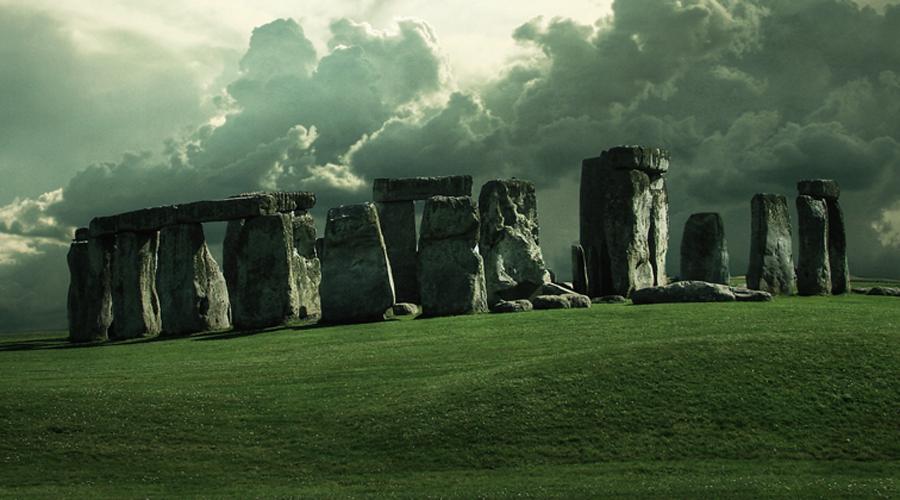 Разгадка Стоунхенджа Стоунхендж долгое время оставался главной загадкой археологии. Что только не придумывали историки, оправдывая его неясное предназначение. Однако, в 2015 году археолог Дэвид Джекис при раскопках обнаружил неподалеку от величественных камней кость зубра — животного, использовавшегося в сельском хозяйств. Джекис сделал вывод о том, что примерно в 8800 году до нашей эры Стоунхедж вовсе не был отдельно стоящим мистическим объектом: скорее всего, это было что-то вроде небольшого укрепленного поселения.
