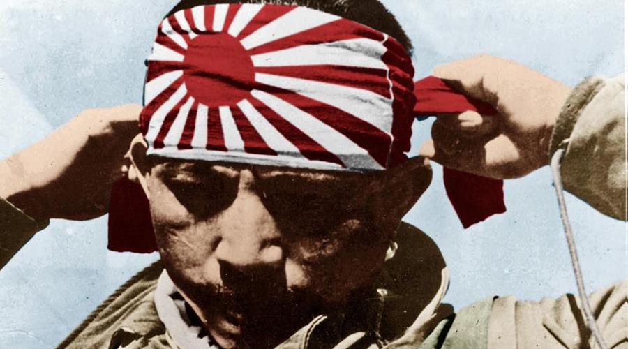 Фукуруи Когда стало не хватать металла даже на торпеды, японцы принялись готовить боевых пловцов-смертников. Отряды «фукуруи» («драконы счастья») располагались на периферии собственных военных портов, для обороны. Бойцы-фукуруи могли прятаться на затопленных кораблях со специальными шлюзами и выбирались, завидев десантные суда противника. В отличие от знаменитых итальянских боевых пловцов, фукуруи не прилепляли мину к борту вражеского судна, а просто били ей по металлу до детонации.