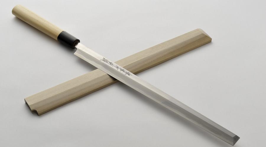 Такохики Этот японский нож очень напоминает ножи янагиба, но имеют плоский кончик. Используется для разделкиосьминогов. Лезвие по характеристикам похоже на ножи янагиба, оно также имеет одностороннюю заточку и небольшую толщину.