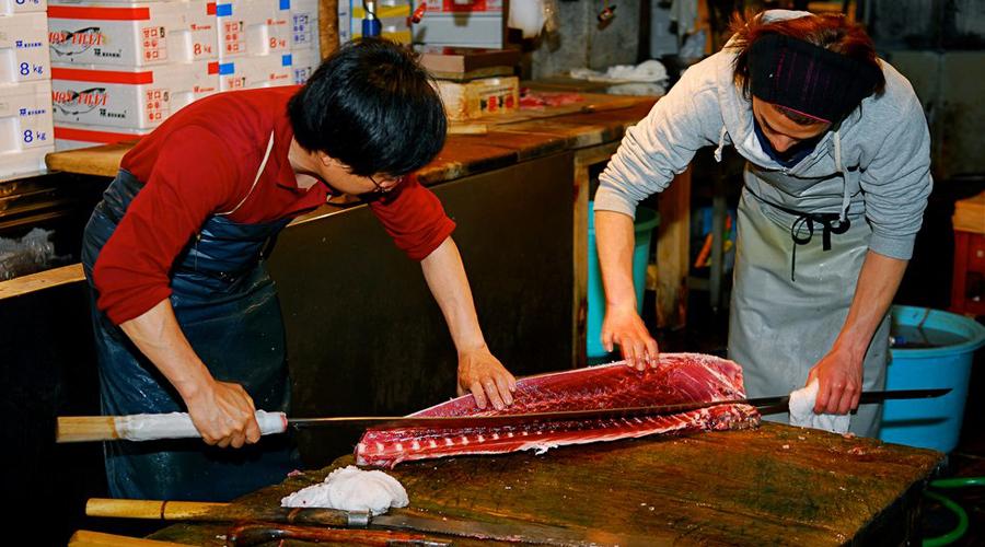 Магуро Очень длинный нож для разделки тунца. Его гибкое лезвие может достигать 40 – 150 см в длину. Такие ножи можно встретить на рыбных рынках. В ресторанах они встречаются редко, да и то только в тех, где регулярно возникает необходимость разделывать очень большую рыбу. Нож приспособлен для разрезания рыбы одним движением. Учитывая размеры как ножа, так и рыбы, для разделки обычно требуется два человека.