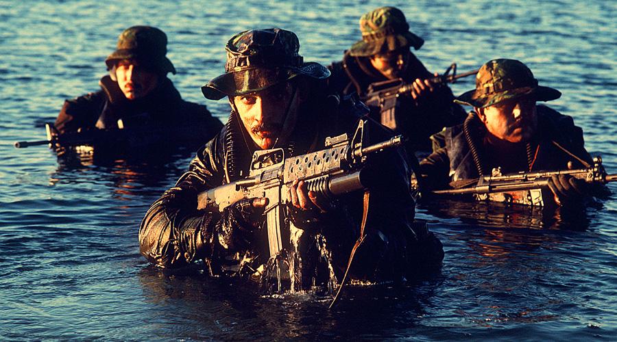 SEAL Team Six Антитеррористические операции на территории противника требовали своих специалистов. И вот, после провала операции «Орлиный коготь» (Тегеран, 1980 год) капитан морпехов Роберт Марсинко сформулировал необходимость создания особого подразделения, готового к выполнению самых опасных заданий. Мобильная группа получила позывной SEAL Team Six. На сегодняшний день ее состав формируется из лучших морских котиков: 200 человек с базой в форте Шэдоу, Канзас, готовы по первому приказу командования отправиться в любую точку планеты и показать на практике, что такое демократия и как надо ее любить.
