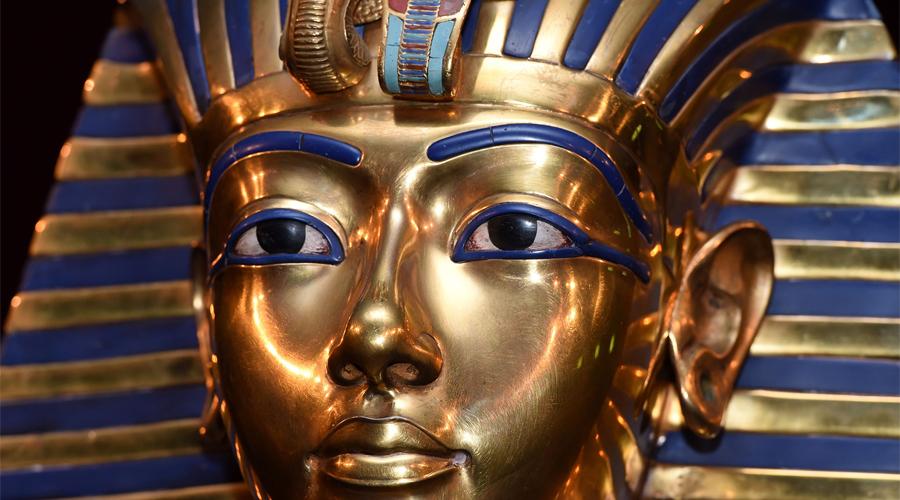 Загадка рождения Удивительно, но египтологи до сих пор не могут предоставить точного происхождения Тутанхамона. Существуют две версии: по одной отцом фараона был Эхнатон, по другой Сменхкар. Обе не выдерживают критики — радиоуглеродный анализ показал, что ДНК Тутанхамона не близка ни одной из групп. Таким образом, самый известный фараон Египта буквально появился из ниоткуда.
