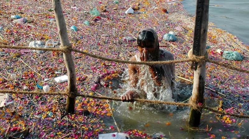 Ганг Индия Воды священного Ганга настолько грязны, что купаться здесь боятся даже коровы. Религиозные обряды, химические стоки, похороны — Ганг для всего годится. Это, впрочем, индийцев нисколько не смущает: в отличие от коров люди без страха совершают в реке омовения и забирают из нее воду для питья.