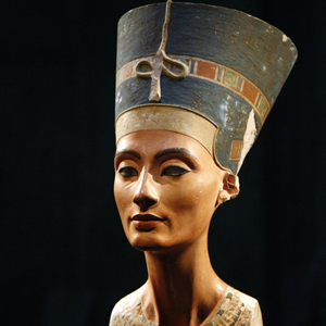 The statue of Nefertiti (Nofretete) is pictured during a press preview at the 'Neues Museum' (New Museum) building in Berlin October 15, 2009. The famous bust which is part of a permanent Egyptian exhibition and papyrus collection was returned to display at its original location in the New Museum building on Museum Island on Thursday. REUTERS/Fabrizio Bensch (GERMANY SOCIETY ENTERTAINMENT) FOR EDITORIAL USE ONLY. NOT FOR SALE FOR MARKETING OR ADVERTISING CAMPAIGNS. NO THIRD PARTY SALES. NOT FOR USE BY REUTERS THIRD PARTY DISTRIBUTORS - RTXPO0R