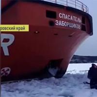 Ледокол против рыбака: этот русский мужик не уступит свое место никому — нервы как канаты!