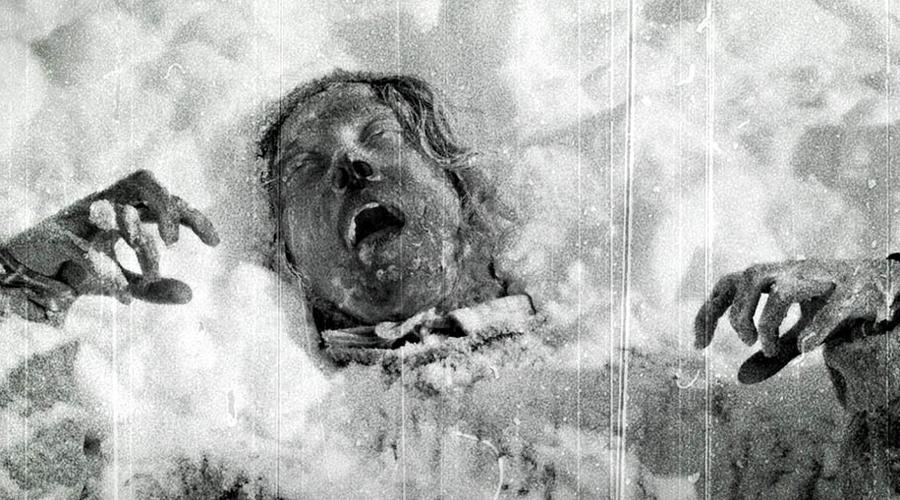 Ханты Народ Хантов ревностно охранял территории своего племени. Более того, перевал, где случилась трагедия, они считают священным местом. Тут в принципе относились к чужакам неприветливо. По словам ханта-охотника, группа Дятлова наткнулась на пещеру жреца, где хранились предметы для жертвоприношений.