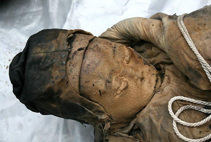 Тело сохранилось великолепно. Черты лица, одежда, обувь — как это не сгнило за семь столетий археологи пока не понимают.