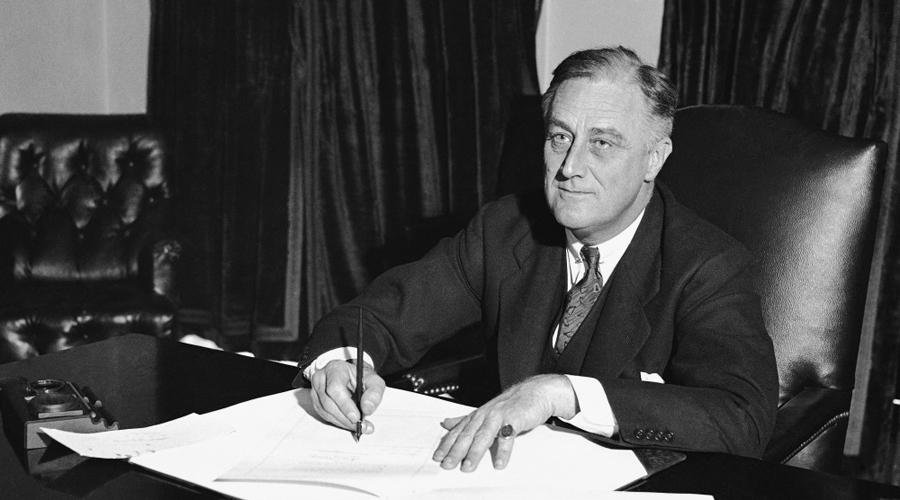 Франклин Рузвельт Знаменитый Франклин Делано Рузвельт был избран впервые в 1932 году. Затем народ еще дважды оставлял его на посту, в 1940 и 1944 году. В 1945 Рузвельт скоропостижно скончался от кровоизлияния в мозг. Лечащий врач Белого дома только развел руками — Франклин Рузвельт отличался богатырским здоровьем и за два дня до смерти прошел полное медицинское обследование.