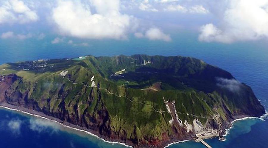 Аогашима Вся деревня представляет собой самый настоящий кратер вулкана. Конечно, он уже давно не действует — но кто знает, какие сюрпризы готовит жителям природа.