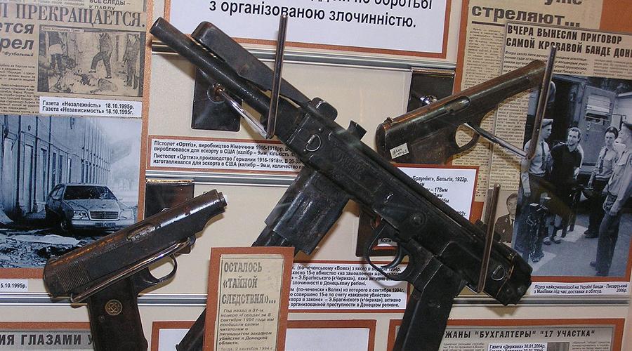 Второе поколение Кустари пробовали модифицировать откровенно слабое оружие. Второе поколение «Борза» получило новую компоновку, заимствованную у израильского «Узи». Магазин под 40 патронов теперь помещался прямо в пистолетную рукоятку. Кроме того, практически у всех найденных ПП «Борз» второго поколения имелся глушитель.