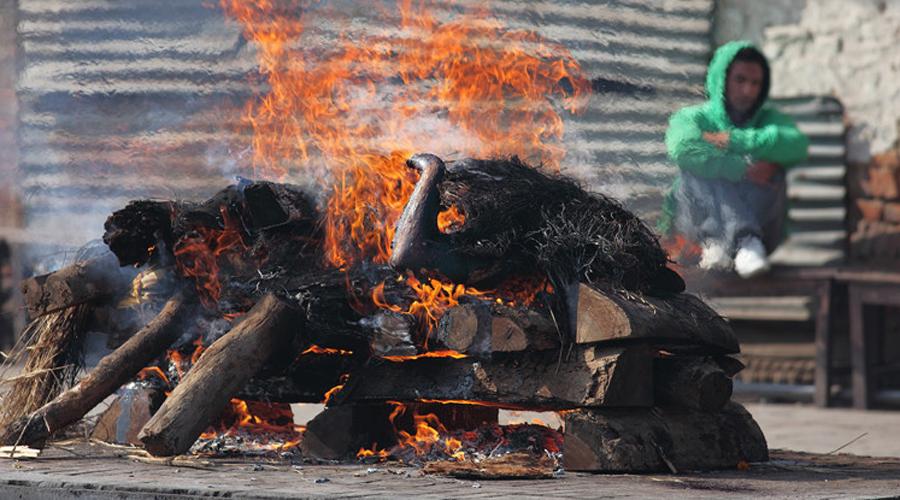 Кремация Нгабен На благословенном Бали люди не верят в смерть, а считают усопших уснувшими. Однако тела все-таки утилизировать приходится: здесь мертвых кладут в деревянного быка и сжигают.
