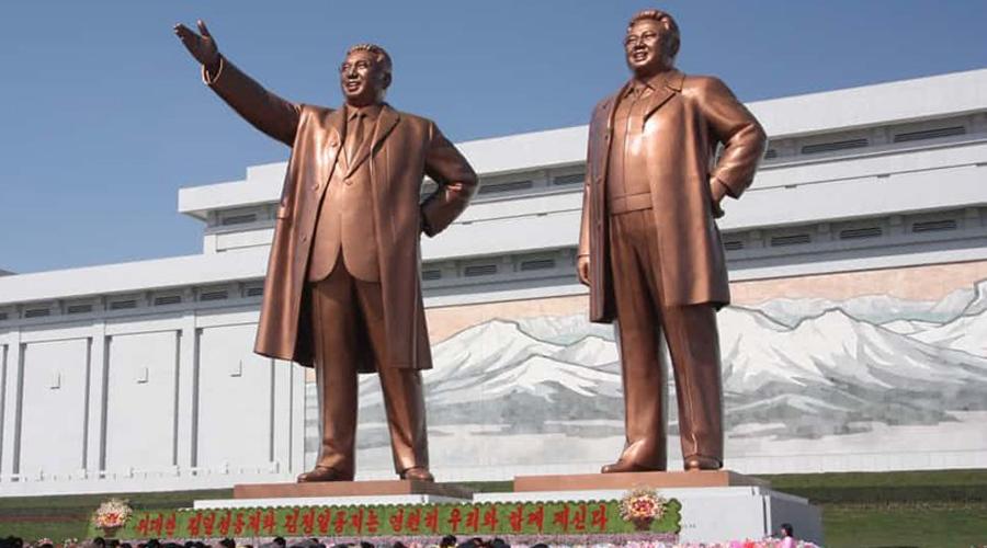 Игнорирование памятников Монументальные изваяния Ким Ир Сена и Ким Чен Ына встречаются почему-то в Северной Корее очень часто. И это вам не какая-то там статуя Ленина, которая уже никого не пугает. Скульптурам предводителей КНДР обязаны кланяться даже туристы, а местные делают это уже по привычке: за проявление неуважения к главе государства тут наказание одно.