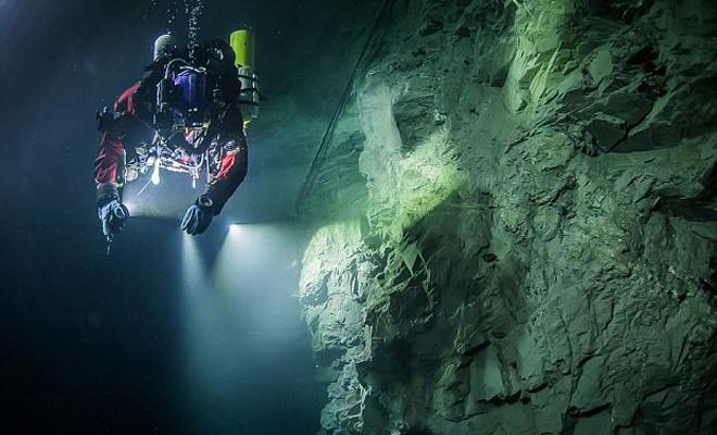 Что скрывает самая глубоководная пещера России (2 фото)