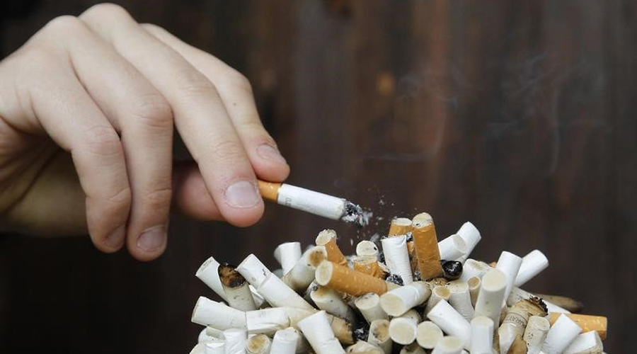 Сигареты От никотина нужно отказаться в первую очередь. Этот яд сокращает не только вашу жизнь, страдают и окружающие. Отказ от курения станет настоящим подарком для организма: артериальное давление придет в норму, вернется и молодость кожи.