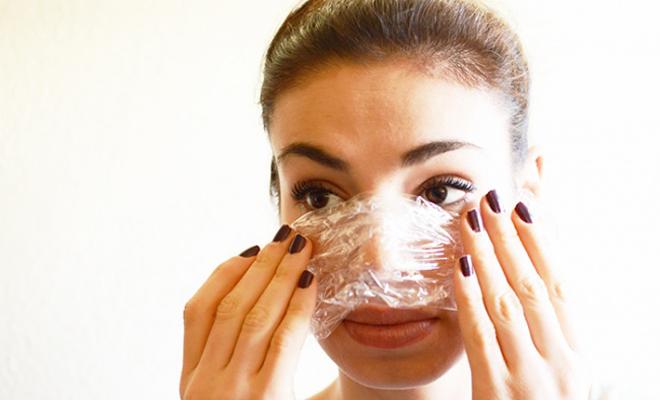 Косметические процедуры Пищевая пленка знающими людьми частенько используется для косметических процедур. Этот материал позволяет коже дышать, одновременно усиливая впитывание кремов и масок.