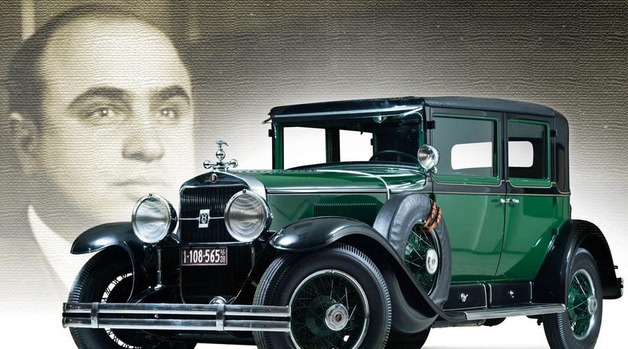 Неприступная крепость Конечно, в таких условиях Капоне был вынужден заботиться о своей жизни. Его Кадиллак весил почти четыре тонны, столько брони было навешано на машину. Пуленепробиваемые стекла с бойницами и съемная панель сзади позволяли солдатам «крепости на колесах» эффективно уничтожать врагов. В 1933 году на конфискованном Кадиллаке Капоне передвигался по Чикаго сам президент США, Франклин Делано Рузвельт.