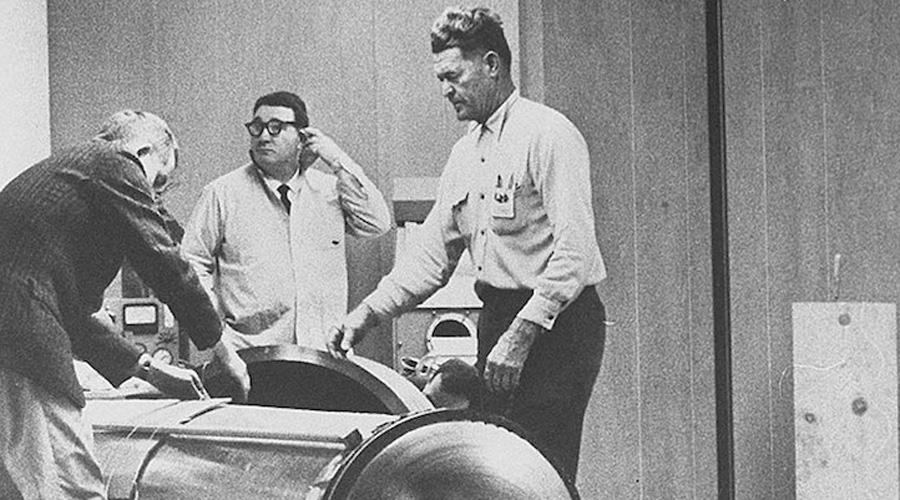 Первый крионавт 12 января 1967 года состоялся запуск первого в истории «крионавта» Джеймс Бедфорд, профессор психологических наук, прожил на свете вполне приличные 73 года, но этого ему показалось мало. Процедуру заморозки провели энтузиасты Общества крионики Калифорнии. Естественно, ни у кого из них не было никакого опыта — шансов глянуть на светлое будущее у Бедфорда очень мало.
