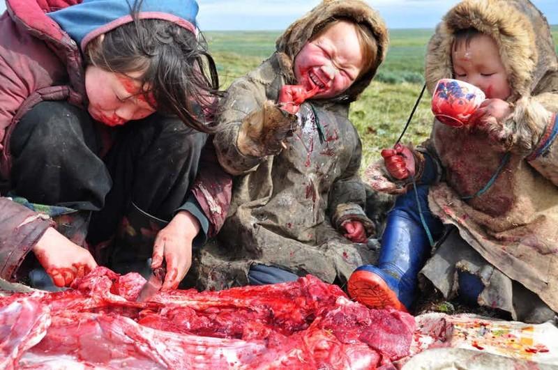 Братоубийца Мать Чингисхана была вынуждена в одиночку кормить и содержать семерых детей, поскольку отец погиб в набеге на соседнее племя. В девять лет Чингисхан убил своего брата Бектера — тот не поделился едой.