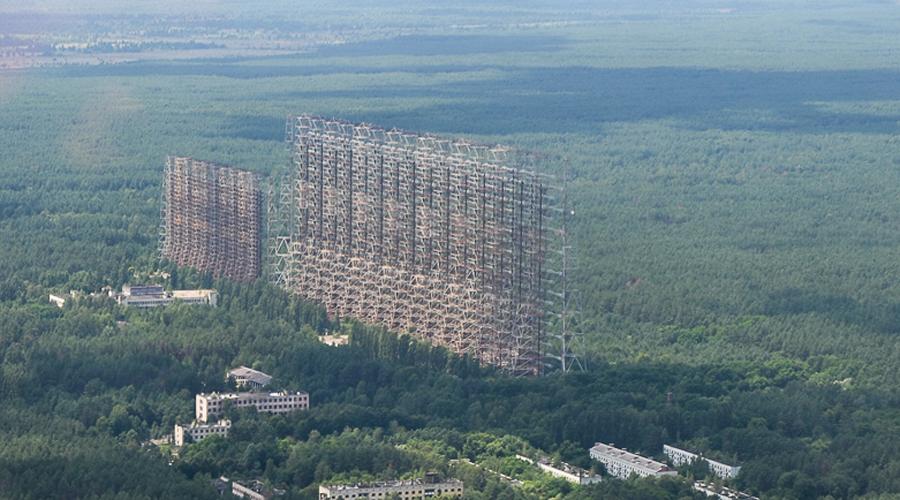 Станция Чернобыль-2 В 1985 году была построена монументальная загоризонтная радиолокационная станция «Дуга». Это сооружение потребовалось для обнаружения возможных запусков межконтинентальных баллистических ракет. Антенны поднимаются ввысь на 150 метров, а вся площадь комплекса составляет целых 160 километров. После аварии на ЧАЭС станцию пришлось бросить и сегодня объект под названием «Чернобыль-2» остается лишь приманкой для смелых туристов.