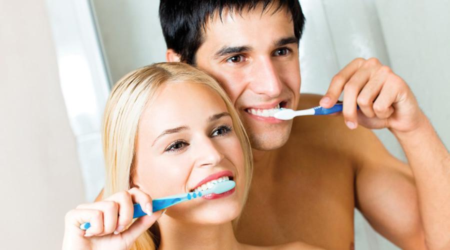 Белоснежная улыбка Вовсе необязательно тратить большие деньги на отбеливание зубов в стоматологической клинике. Хватит и обычной перекиси водорода: полощите рот три раза в день и уже через неделю сможете похвастаться голливудской улыбкой.