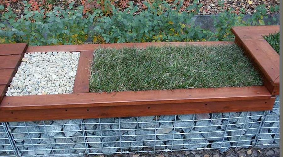 Лавочка Такой лавочкой можно удачно отгородить цветник от основной территории дачи. На свободных участках высадить газонную траву, покрыть доски лаком — да вам все соседи обзавидуются.