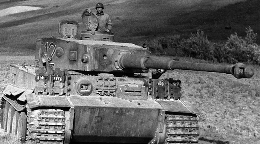 PzKpfw.VI Tiger Одним из наиболее удачных танков Германии стал знаменитый «Тигр», оснащенный мощнейшей пушкой Kwk L56 калибра 88-мм. Толстая лобовая броня делала PzKpfw.VI практически неуязвимым бойцом: американцы уничтожали эти танки только при помощи авиации.