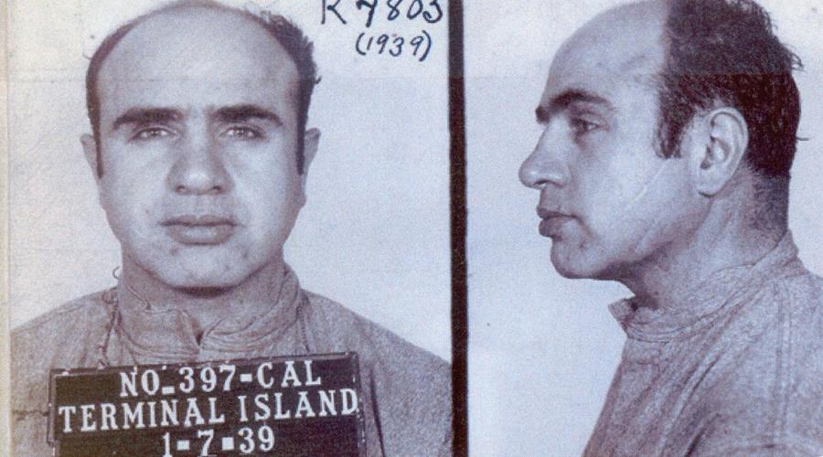 Лицо со шрамом В том же клубе Капоне получил свой знаменитый шрам. Нахал посмел отпустить пару сальных фраз в адрес сестры матерого уголовника Галлучио — тот, не тратя время на словесную пикировку, достал нож и располосовал наглецу лицо. Хроникеры и пресса впоследствии назовут мафиози «Лицом со шрамом», Scarface. Надо сказать, что сам Альфонс ранения жутко стыдился и всем рассказывал небылицы о немецкой пуле во время Первой мировой войны.