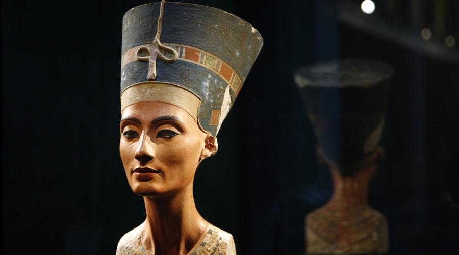 Бюст Нефертити Вообще говоря, египтяне судятся чуть ли не со всем миром: в свое время с территории Египта вывезли вагон и маленькую тележку артефактов. Одним из главных предметов спора остается бюст жены фараона Эхнатона — статуе Нефертити уже более 3300 лет и немцы не спешат отдавать ее египтянам. Аргумент у последовательных немецких ученых только один: «Она слишком хрупкая».