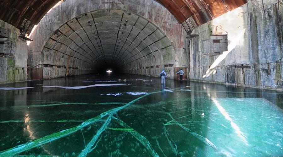 906 КП Командный пункт субмарин Тихоокеанского флота располагался в некотором отдалении от самой базы. Три подземных этажа, соединенных коммуникационными тоннелями с поверхностью и базой «Павловское».