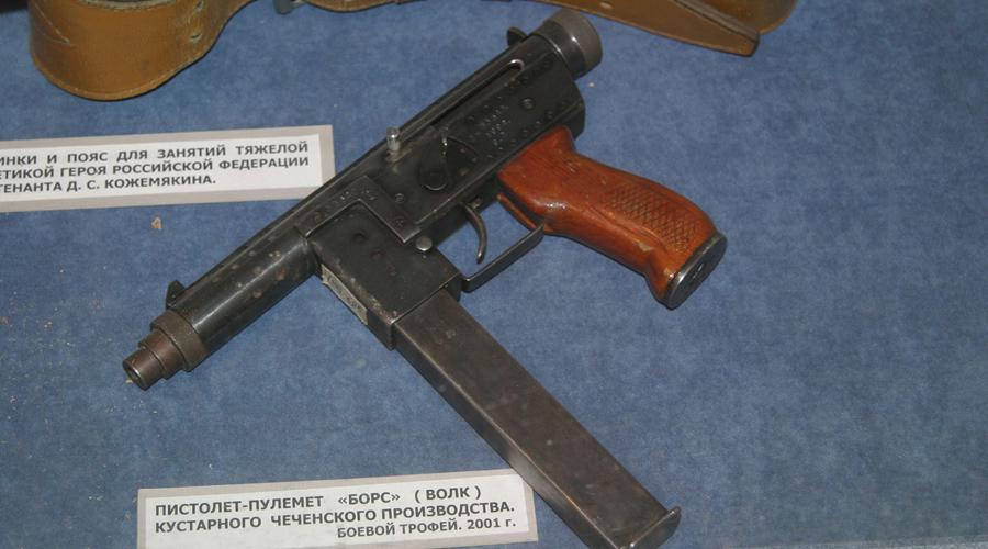 Этот пистолет-пулемет обладает весьма невысокими тактико-техническими характеристиками. 9-мм «макаровский» патрон, которым стреляет «Борз», слишком мощный для стали, из которой изготовлен ствол оружия, и быстро его разнашивает. После 2-3 выпущенных рожков, «Борз» просто начинает «плеваться» —сотрудник УФСБмайор Анатолий Медведев