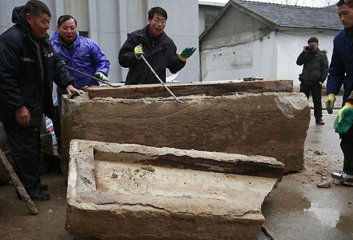С величайшей осторожностью герметичный саркофаг подняли на поверхность. Исследователи еще не знали, что ждет их внутри!