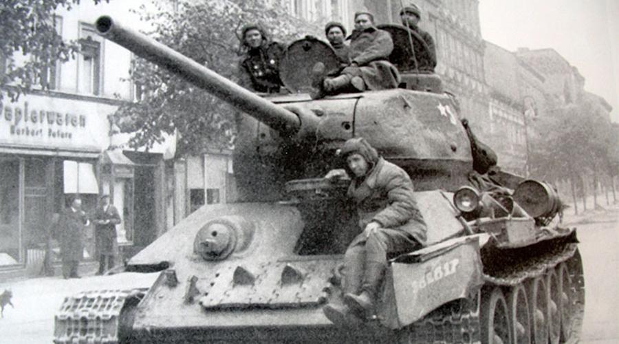 Т-34 Настоящая легенда, превратившая поле сражения в кровавую бойню. Т-34 был принят на вооружение 19 декабря 1941 года: маневренная и быстрая машина не оставляла противнику никаких шансов. В первые годы войны Т-34 безусловно доминировал на любом поле боя и немцы приложили все усилия для создания ему достойного противника. Однако шансов у Германии было немного, поскольку Т-34 имел большой запас модернизации и быстро подстраивался под изменившиеся условия боя.