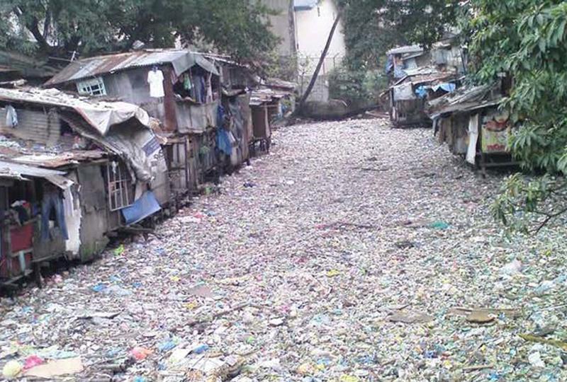 Пасиг Филиппины Филиппинцы, чьи дома стоят на побережье Пасиг, могут не заботиться о мостах и переправах: вместо воды в реке течет самый настоящий мусор. Только вдумайтесь, сюда скидывают 1500 бытового мусора каждый день.