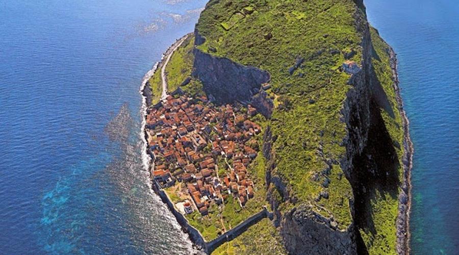 Монемвасия Каменный остров, за которым спряталась эта небольшая деревенька, был отделен от материка сильнейшим землетрясением, случившемся еще в 375 году. Найти поселение греческих рыбаков будет непросто, разве что вам покажет дорогу кто-то из местных жителей.