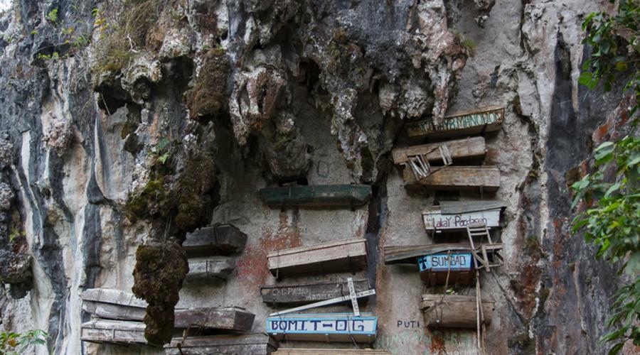 Гробы на скалах Церемония Шянь-Гуан без альпинистов просто невозможна. На Филиппинах, в Китае и Индонезии подвесные гробы поднимаются на отвесные скалы.