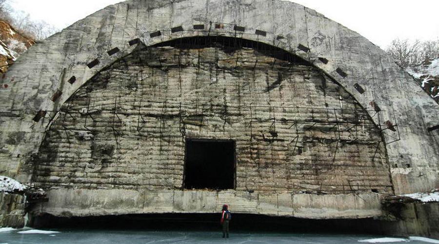 Колосс в скалах Конструктивно объект представляет из себя два основных блока, построенных стандартными горными методами, и ряда дополнительных выработок, также построенных раскрытием опорных штолен. Объект состоит из двух основных блоков. «Сооружение-1» – канал для швартовки и размещения атомных подводных лодок. «Сооружение-2» – основной трехэтажный блок для размещения основных жилых и рабочих помещений. Глубина подводного канала составляет около 7 м, ширина около 20 м, высота до арочного свода — 14 м, общая площадь подземной гавани примерно 4 тыс. м².