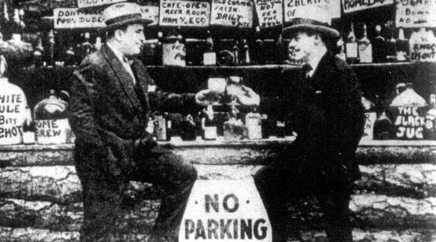 Бойня в честь Святого Валентина Багс Моран и его банда долгое время сопротивлялись давлению Капоне. 14 февраля 1929 года один из людей Аля позвонил Морану, пообещав продать целый грузовик контрабандного виски. Однако, на месте ирландцев поджидал отряд бравых молодцев Капоне, ряженых в полицейскую форму. В тот день банда Морана исчезла навсегда.