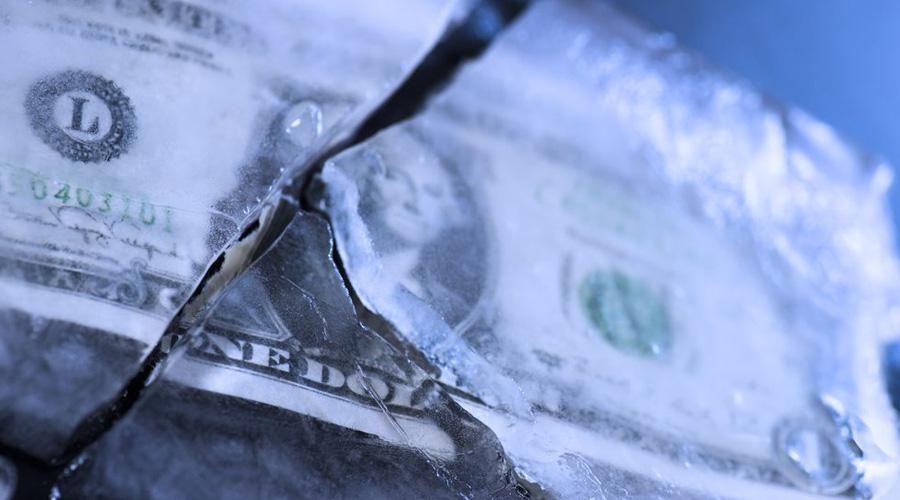 Помогите кто чем может Инвестиционный брокер Вилеон Чей имел репутацию человека умного и надежного — до определенного момента. Пользуясь наработанным за годы доверием клиентов, Вилеон вкладывал их деньги не в золото и нефть, а в самого себя. Финансист решился на первый обман ради благой цели: хотел подвергнуть криозаморозке умирающую жену. 150 тысяч долларов на операцию скопились всего за неделю, но кто же станет отказываться от таких легких денег? В краткие сроки обнаглевший брокер кинул клиентов на 5 миллионов долларов и навсегда покинул родную Америку.