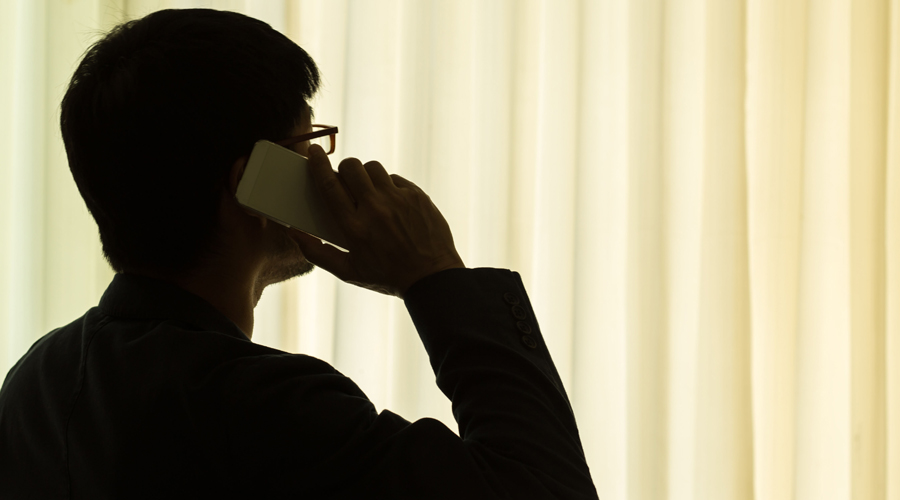 Вежливость не для них Если уж вас угораздило вступить в телефонную беседу с незнакомцем, то контролируйте свою речь очень внимательно. Никакой личной информации, никаких ответов даже на нейтральные (это на первый взгляд) вопросы. Разговор сворачивает куда-то не туда? Бросайте трубку и дело с концом.