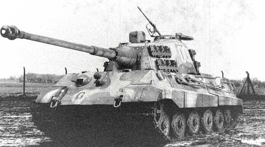 Tiger II Почти в самом конце войны немцы вывели на поле «Королевского тигра» — самый тяжелый и самый бронированный танк того времени. Вооружен он был модифицированным зенитным орудием Flak 37: опытный танкист мог пробить броню толщиной 180 мм на расстоянии в целый километр. Но подготовленных к бою Tiger II с заводов Вермахта вышло немного — в ту пору у немцев просто не оставалось месторождений легирующих металлов и большинство «Королевских тигров» выкатывалось с заводов оснащенными хрупкой броней.